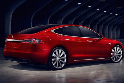 Tesla Model S Aussenansicht Heck schräg statisch Studio rot