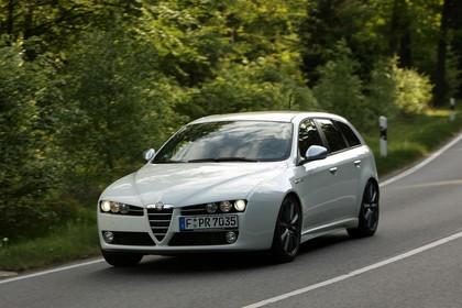 Alfa Romeo 159 Sportswagon Typ 939 Aussenansicht Front schräg dynamisch weiß