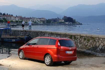 Mazda 5 Aussenansicht Heck schräg statisch rot
