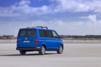 VW T6 Aussenansicht Heck schräg statisch blau