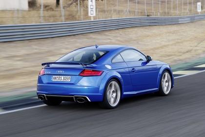 Audi TT RS 8S Roadster Aussenansicht Heck schräg dynamisch blau