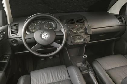 VW Polo 9N Viertürer Innenansicht statisch Studio Vordersitze und Armaturenbrett fahrerseitig