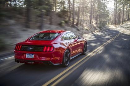 Ford Mustang Coupe LAE Aussenansicht Heck schräg dynamisch rot
