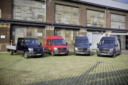 Mercedes-Benz Sprinter Doppelkabine Pritsche Kastenwagen Kombi W906 Aussenansicht Front schräg statisch schwarz rot dunkelblau