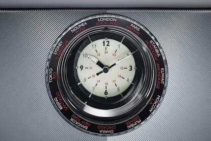 Rolls-Royce Phantom Innenansicht statisch Studio Detail Uhr