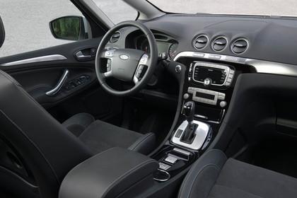 Ford S-Max I Facelift Innenansicht statisch Studio Vordersitze und Armaturenbrett beifahrerseitig