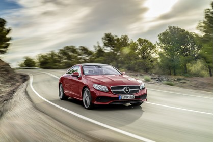 Mercedes E-Klasse Coupé C238 Aussenansicht Front schräg dynamisch rot