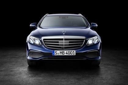 Mercedes W213 T-Model Aussenansicht Front statisch Studio blau
