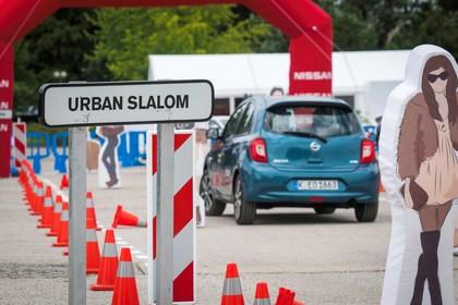 Nissan Micra K13 Aussenansicht Heck schräg dynamisch blau