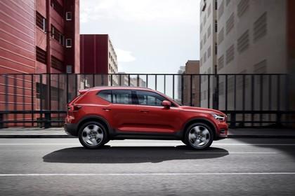 Volvo XC40 Aussenansicht Seite dynamisch rot