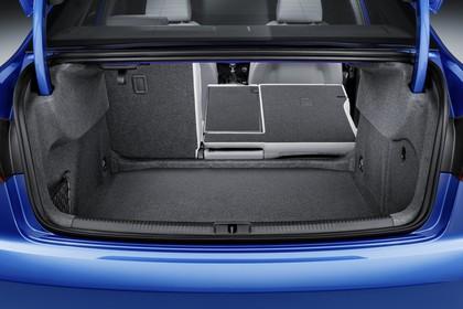 Audi A3 8V Limousine Aussenansicht Heck Kofferraum geöffnet 2/3 umgeklappt statisch blau