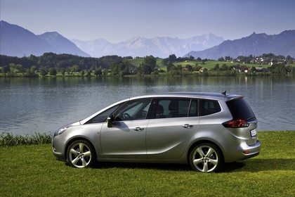 Opel Zafira C Tourer Aussenansicht Seite statisch silber