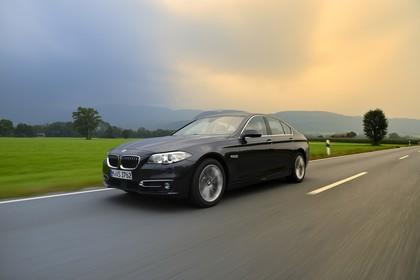 BMW 5er Limousine F10 Aussenansicht Front schräg dynamisch grau