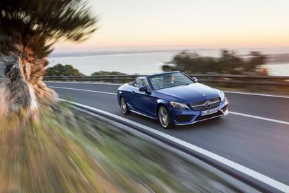 Mercedes-Benz C-Klasse Cabriolet A205 Aussenansicht Front schräg dynamisch blau