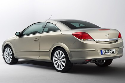 Opel Astra H Aussenansicht Heck schräg Studio statisch gold