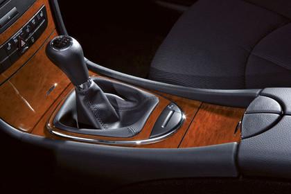 Mercedes Benz E-Klasse T-Modell (S211) Innenansicht Studio Detail Gangwählhebel statisch schwarz braun