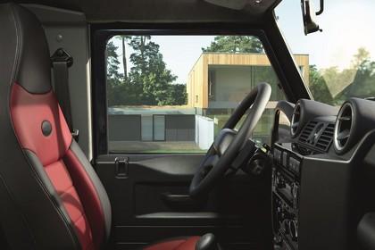 Land Rover Defender Dreitürer Innenansicht Beifahrerposition statisch schwarz rot