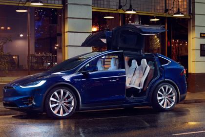 Tesla Model X Aussenansicht Seite schräg statisch dunkelblau