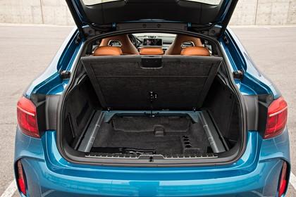 BMW X6 M F16 Aussenansicht Heck Kofferraum geöffnet statisch blau statisch blau