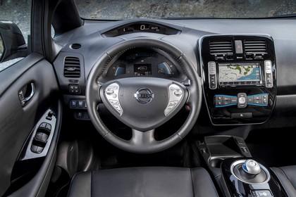 Nissan Leaf ZE0 Innenansicht statisch Fahrersitz und Armaturenbrett fahrerseitig