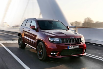 Jeep Grand Cherokee WL Aussenansicht Front schräg dynamisch rot