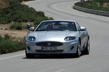 Jaguar XK Cabriolet X150 Aussenansicht Front dynamisch weiß