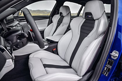 BMW M5 F90 Innenansicht Vordersitze statisch weiss