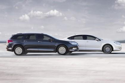 Citroën C5 und C5 Tourer R Aussenansicht Seite dynamisch blau weiss