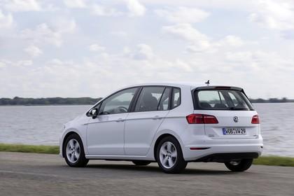 VW Golf Sportsvan Aussenansicht Heck schräg statisch weiss