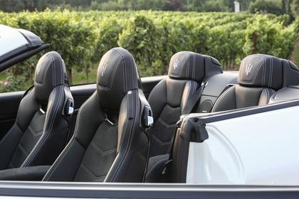 Maserati GranCabrio Innenansicht statisch Vordersitze und Rücksitze fahrerseitig