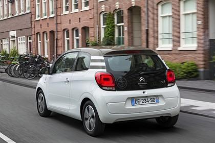 Citroën C1 P Aussenansicht Heck schräg dynamisch weiss