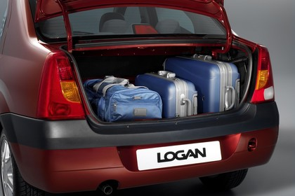 Dacia Logan Limousine Aussenansicht Heck Kofferraum geöffnet Studio statisch rot