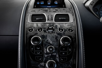 Aston Martin Vanquish VH Innenansicht statisch Studio Detail Mittelkonsole