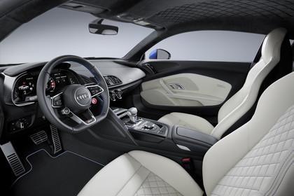 Audi R8 Coupe Innenansicht Einstieg Fahrerposition Studio statisch beige