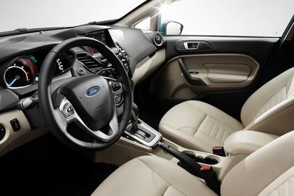 Ford Fiesta JA8 Dreitürer Innenansicht Fahrerposition Studio statisch beige