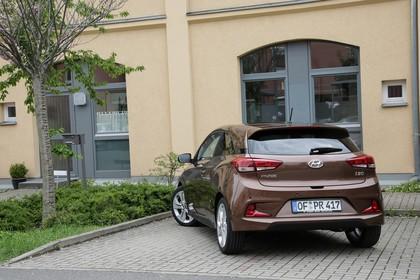 Hyundai i20 Coupe GB Aussenaussicht Heck schräg statisch braun