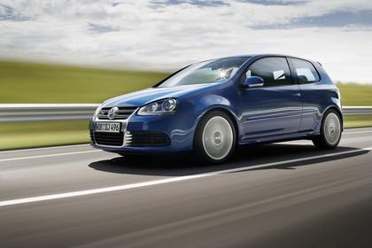 VW Golf 5 R Dreitürer Aussenansicht Seite schräg dynamisch blau