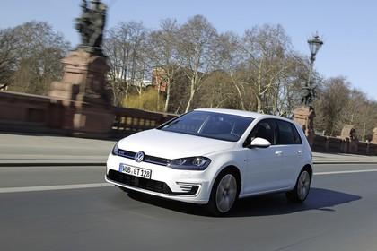 VW Golf 7 GTE Aussenansicht Front schräg dynamisch weiss