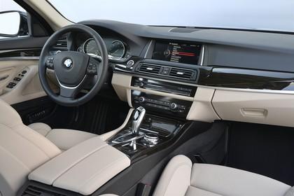 BMW 5er Limousine F10 Innenansicht Beifahrerposition Studio statisch beige