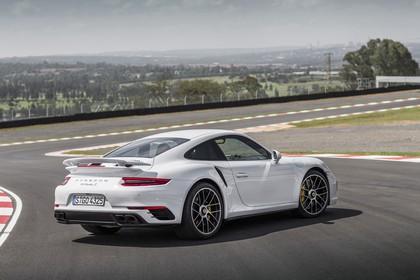 Porsche 911 Turbo S 991.2 Aussenansicht Heck schräg statisch weiss