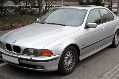 BMW 5er Limousine E39 Aussenansicht Front schräg statisch silber