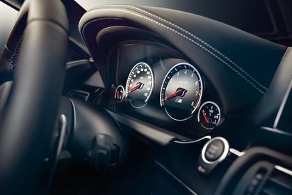 BMW M6 Coupé F13 Innenansicht statisch Studio Detail Tacho