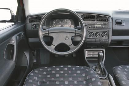 VW Golf 3 Variant 1H Innenansicht statisch Studio Vordersitze und Armaturenbrett fahrerseitig