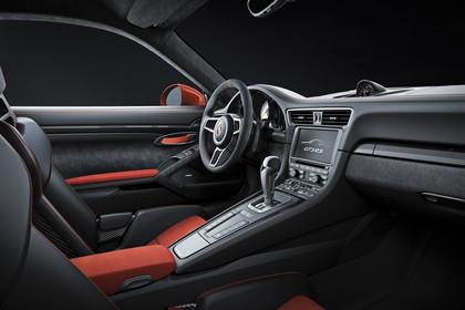 Porsche 911 GT3 RS 991.2 Innenansicht statisch Studio Vordersitze und Armaturenbrett beifahrerseitig