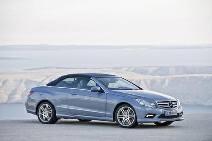 Mercedes-Benz E-Klasse Cabriolet A207 Dach geschlossen  Aussenansicht Front schräg statisch blau