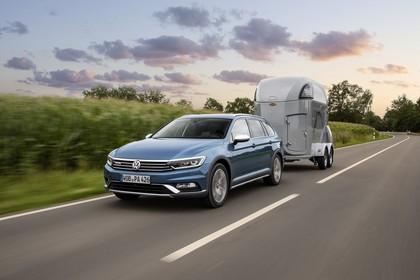 VW Passat B8 Alltrack Aussenansicht Front schräg mit Trailer dynamisch blau