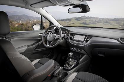 Opel Crossland X C Innenansicht statisch Vordersitze und Armaturenbrett beifahrerseitig