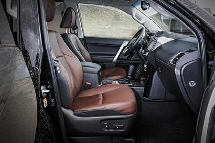 Toyota Land Cruiser J15 Innenansicht Detail statisch schwarz braun Beifahrerraum