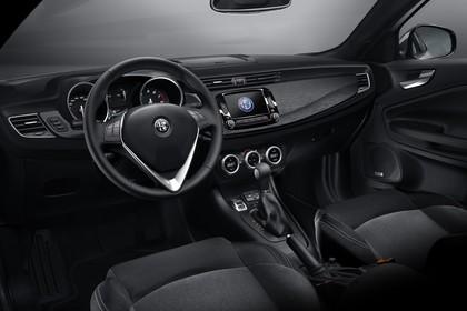 Alfa Romeo Giulietta 940 Innenansicht statisch Studio Vordersitze und Armaturenbrett fahrerseitig