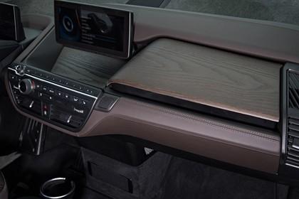 BMW i3 Innenansicht Detail Armaturenbrett Holz statisch braun